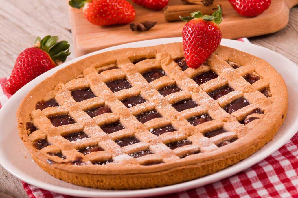 Taart met marmelade en aardbeien